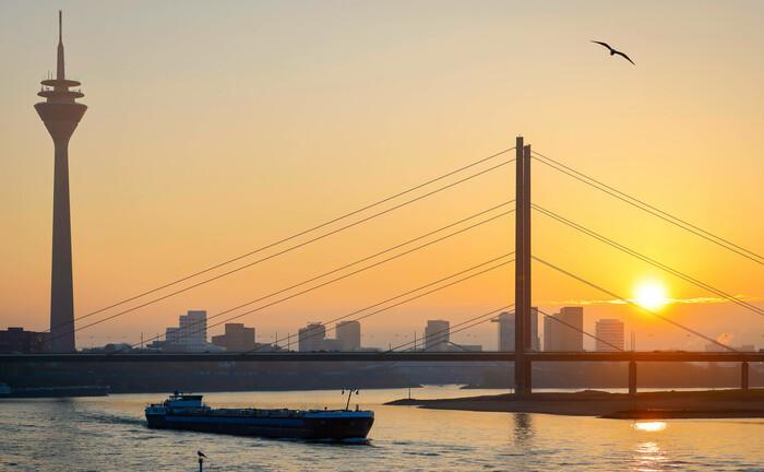 Düsseldorf bei Sonnenuntergang: Das hier ansässige Finanzministerium beschloss jüngst eine neue Infrastrukturquote für Versorgungswerke.|© Imago Images / Ruper Oberhäuser