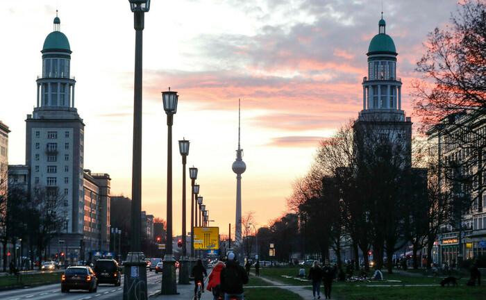 Frankfurter Allee mit Blick auf den Berliner Fernsehturm