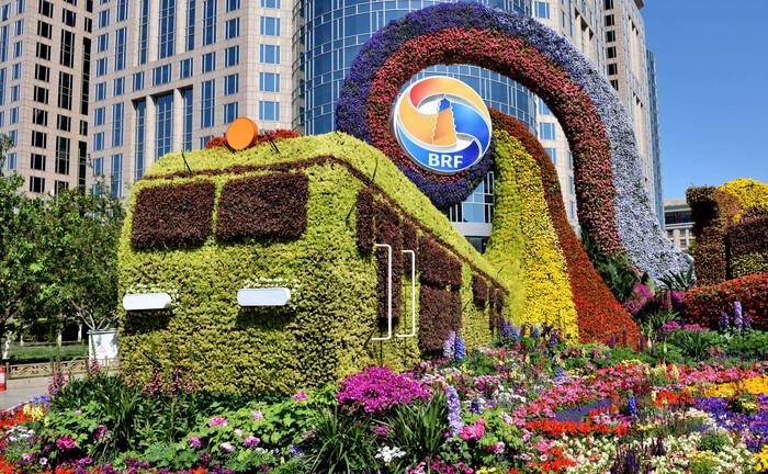 Grüne Technik: Blumen-Kunst auf einem Festival in Peking, das dem Projekt der Neuen Seidenstraße gewidmet ist.|© imago images / Imaginechina-Tuchong