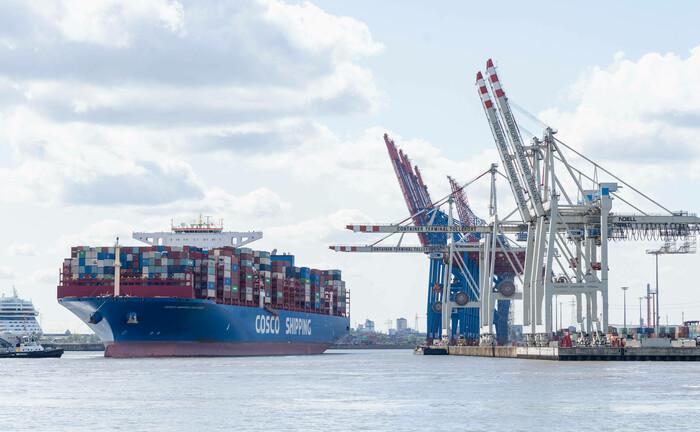 Chinesisches Containerschiff im Hamburger Hafen