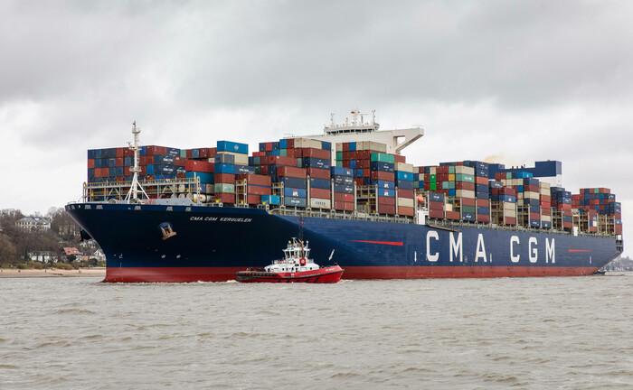 Ein Containerschiff auf dem Weg zum Hamburger Hafen