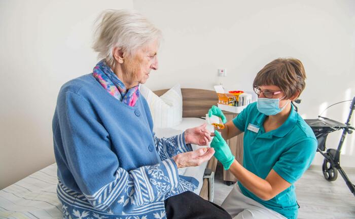 Pflege einer Seniorin in Hessen: Der demografische Wandel birgt viele Herausforderungen|© Imago Images / Georrg Ulrich Dostmann