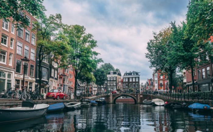 Auf einer Gracht in Amsterdam