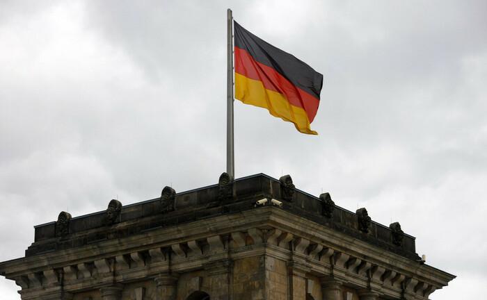 Deutschlandfahne weht auf dem Reichstag