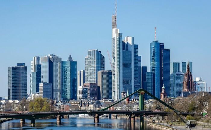 Skyline der Frankfurter Innenstadt: Vor Ort sucht die DZ Privatbank derzeit im Private Banking einen Produktmanager Vermögensverwaltungen.|© imago images / Rupert Oberhäuser