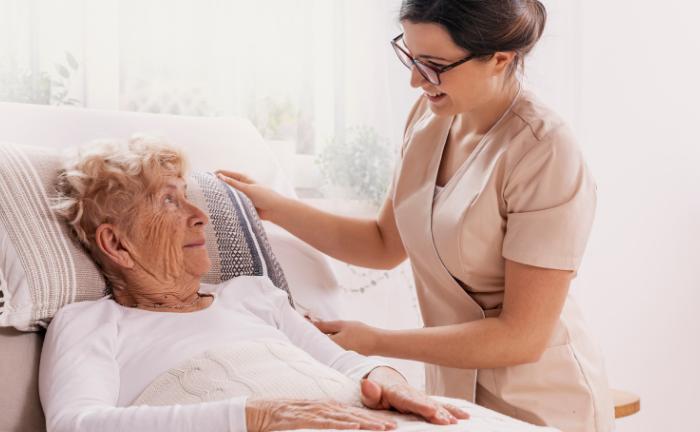 Pflegerin unterstützt rüstige Dame: Nach Meinung der befragten Fondsmanager kann die Sozial-Komponente des ESG-Katalogs helfen, Krisen besser abzufedern.|© KatarzynaBialasiewicz