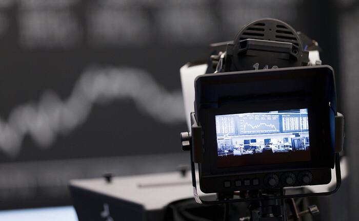Anzeigetafel mit dem Dax-Kursverlauf  im Börsensaal in Frankfurt. Beim Varios Flex Fonds wird die Aktienquote  emotionsfrei anhand eines robusten  systematischen Ansatzes gesteuert