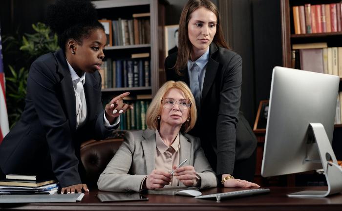 Drei Damen am Computer: Bei der Fondssuche gewinnen Ziele und Glaubwürdigkeit an Gewicht.|©  August de Richelieu / Pexels