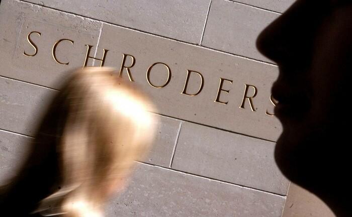 Schroders-Schriftzug am Londoner Hauptsitz der Gesellschaft: Schroders bündelt außerbörsliche Anlagen unter neuer Marke.|© imago images / Newscast
