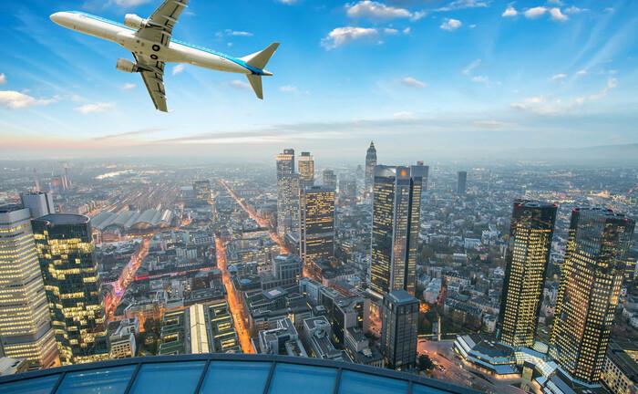 Ein Flugzeug über Frankfurt am Main