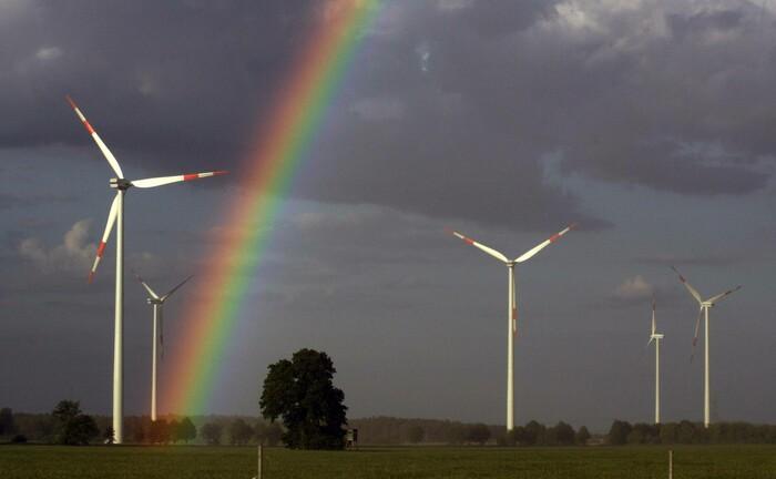 Windpark im brandenburgischen Freiwalde: Das Kraftwerk ist Bestandteil des Klimavest.|© imagon images / Frank Sorge