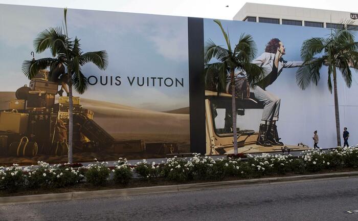 Ein Werbeplakat von Louis Vuitton am weltberühmten Rodeo Drive in Beverly Hills