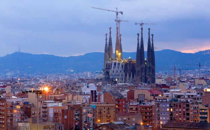 Barcelona und die weltberühmte, sich seit 1882 im Bau befindliche Kirche Sagrada Familia