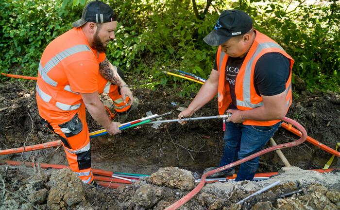 Arbeiter verlegen Glasfaserkabel in Nordrhein-Westfalen