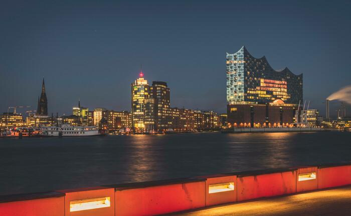 Die Skyline von Hamburg mit dem Konzerthaus Elbphilharmonie (r.)