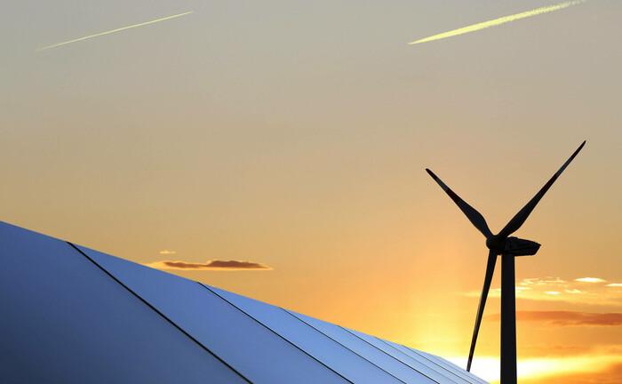 Solaranlage vor Windrad