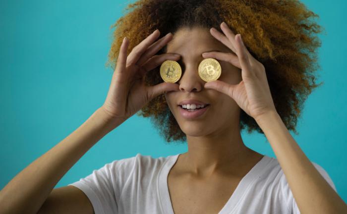Dame mit Bitcoin-Münzen