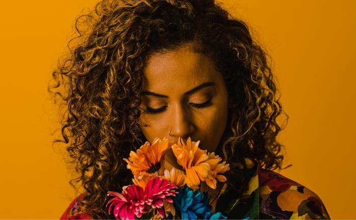Frau mit Blumen: Ausgeprägtes Gespür für nachhaltige Themen|© TONL Imagery
