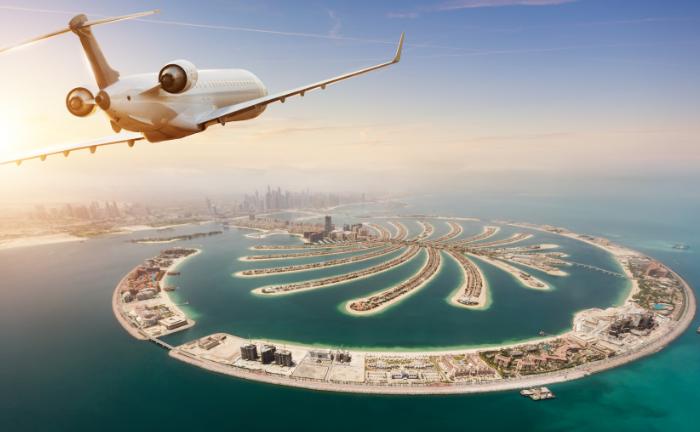 Flugzeug über Palm Jebel Ali
