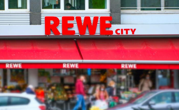 Eine Supermarktfiliale von Rewe in der Innenstadt von Düsseldorf