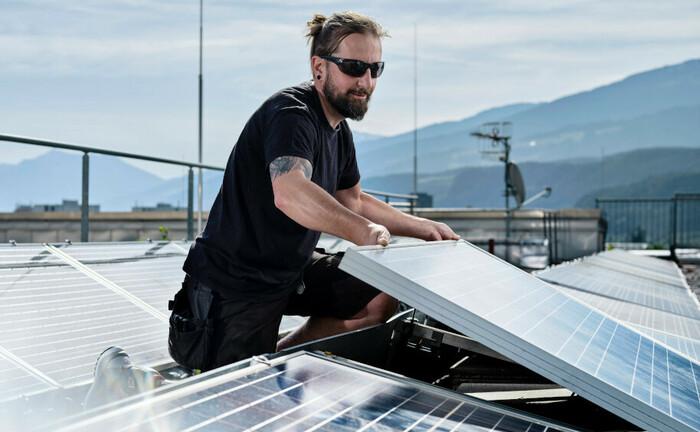 Arbeiter installiert ein Solarpanel