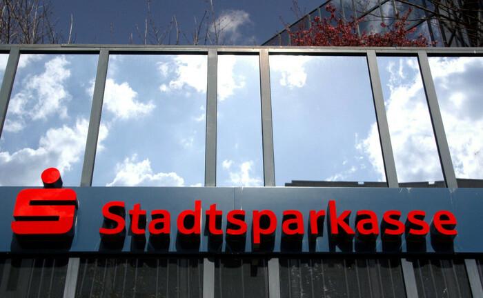 Schriftzug an einer Filiale der Stadtsparkasse in München