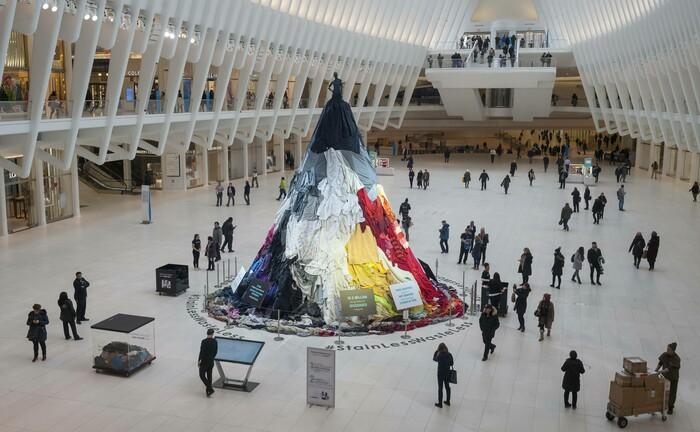 Ein Kleiderberg im New Yorker Einkaufszentrum Westfield World Trade Center soll auf die Masse an Textilien aufmerksam machen, die im Müll landen