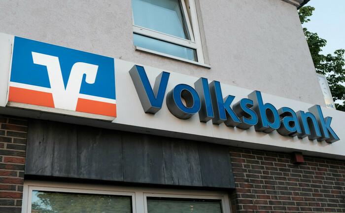 Schriftzug an Volksbank-Filiale