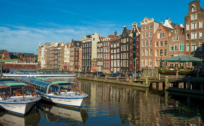 Eine Gracht, ein schiffbarer Kanal in Amsterdam: Bis 2030 fehlen allein in der niederländischen Haupstadt etwa 45.000 Wohnungen|© Imago Images / Westend 61