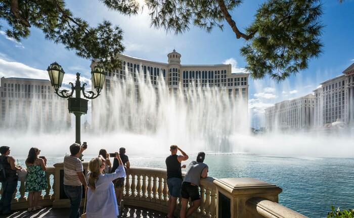 Showeinlage vor dem Bellagio in der Wüstenstadt Las Vegas: Während in einigen Industriestaaten das Wasser verschwendet wird, haben einige Regionen der Welt keinen Zugang zu sauberem Trinkwasser.|© imago images / robertharding