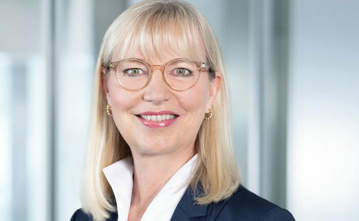 Sabine Schmittroth, seit 2020 Vorstandsmitglied der Commerzbank: In den aktuellen Tarifgesprächen der privaten Banken tritt sie als Verhandlungsführerin der Banken-Arbeitgeber auf.|© Commerzbank