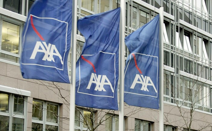 Flaggen vor der Axa-Filiale in Frankfurt am Main