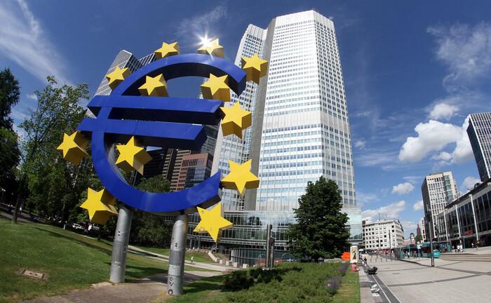 Euro-Symbol vor dem Sitz der Europäischen Zentralbank in Frankfurt: Am Donnerstag gibt es Details zum weiteren Kurs der EZB.|© imago images / Ralph Peters