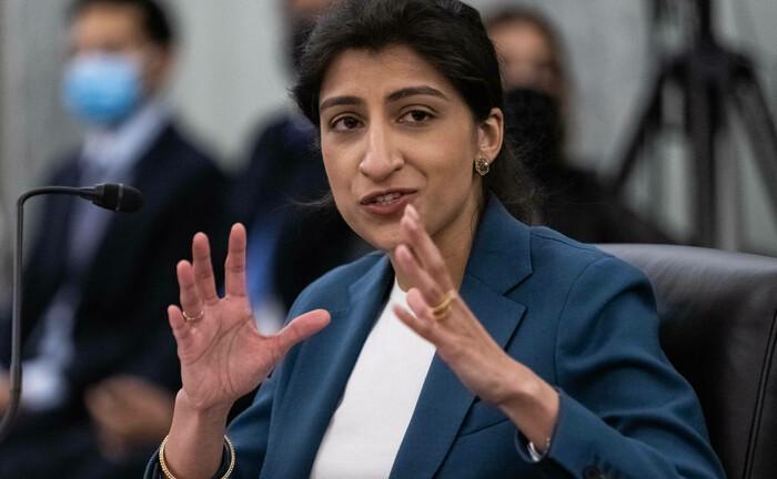 Lina Khan ist seit Juni Chefin der US-Wettbewerbsaufsicht FTC: Ihre Berufung durch US-Präsident Joe Biden sorgte für ein Beben bei den großen US-Tech-Konzernen.|© Imago Images / Upi Photo