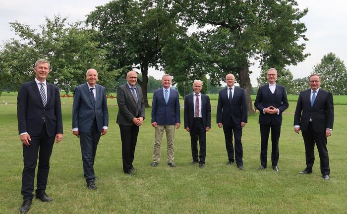 Das Foto zeigt Vorstand und Aufsichtsratsspitzen der Banken (v.l.)
