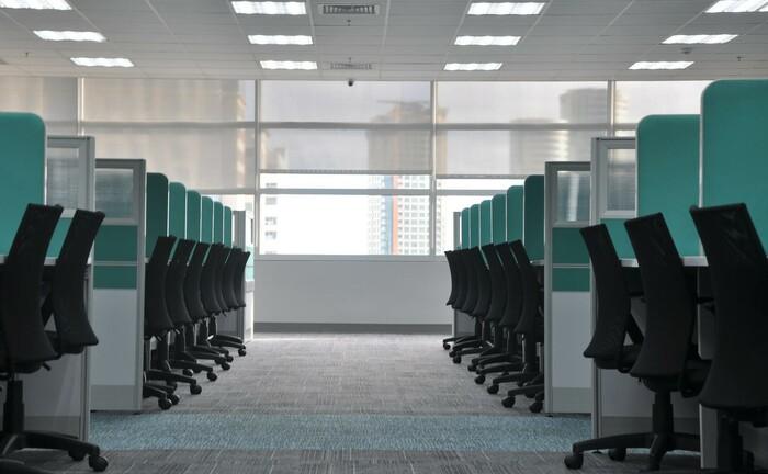 Verwaiste Arbeitsplätze: Im privaten Bankgewerbe arbeiten zunehmen weniger Beschäftigte.|© Kate Sade / Unsplash