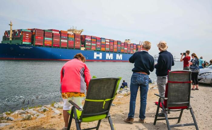 Größtes Containerschiff der Welt bei der Einfahrt in den Hafen von Rotterdam: Die Anleger erwarten, dass die Weltwirtschaft zunehmend an Stärke gewinnt.|© imago images / Pro Shots