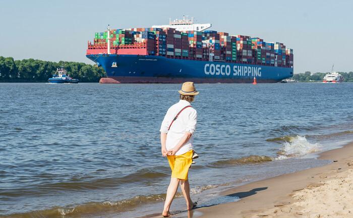 Die Cosco Shipping Libra, eines der größten Containerschiffe der Welt mit 399 Metern Länge, läuft im Hamburger Hafen ein