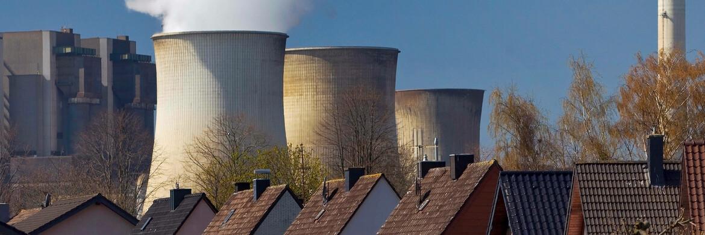 Wohnsiedlung vor dem RWE-Kraftwerk Weisweiler in Nordrhein-Westfalen: Im Hinblick auf den Arbeitsmarkt stellt die Energiewende die europäischen Stromerzeuger vor eine große Herausforderung.|© xblickwinkel/S.xZiesex /Imago
